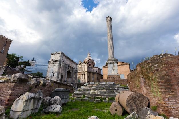 Paisaje con monumentos destruidos