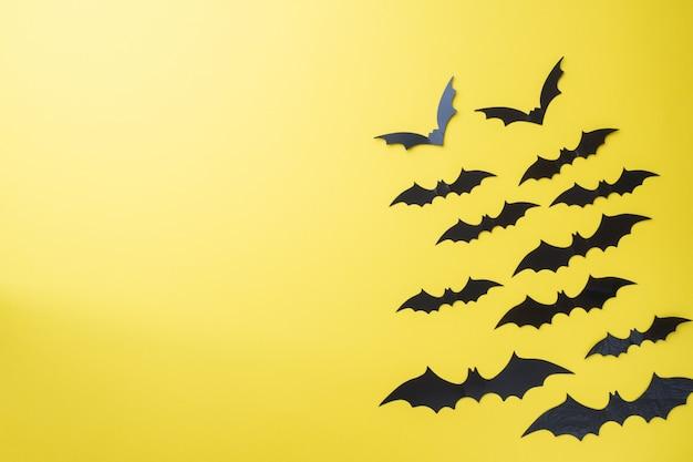 Paisaje de murciélagos sobre un fondo amarillo