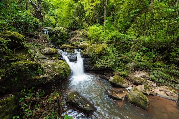 Paisaje natural de la cascada de sapan en el pueblo de sapan, distrito de boklua