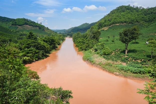 Paisaje natural salvaje del río después de la lluvia en el sudeste asiático tropical en temporada de lluvias