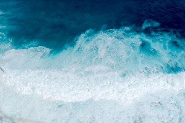 Paisaje de la naturaleza del océano azul de la playa tropical del verano con la onda blanca en la isla tropical del verano.