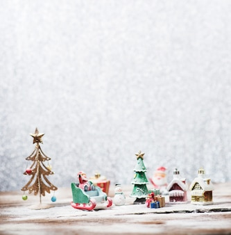 Paisaje de navidad con papá noel y regalos