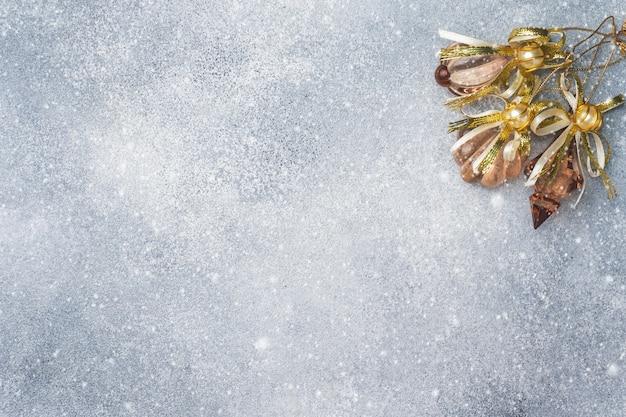 Paisaje navideño, juguetes y ramas de abeto en gris
