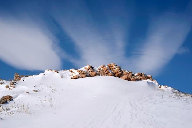 Paisaje nevado de invierno con nubes lenticulares, cielo azul. fondos de escritorio región de irkutsk, rusia