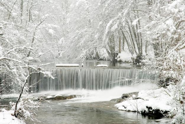 Paisaje nevado del río bayas.