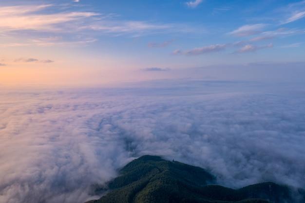 Paisaje de la niebla de la mañana con la capa de montaña.