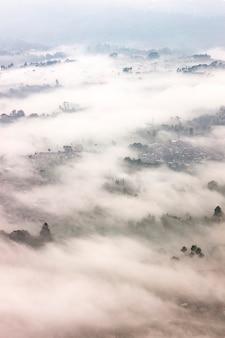 Paisaje de niebla situado en bandung, indonesia