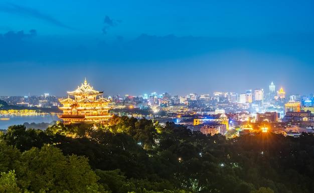 Paisaje nocturno de la ciudad de hangzhou y pabellón antiguo