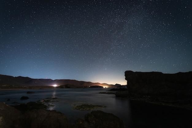 Paisaje nocturno en la costa de los escullos.
