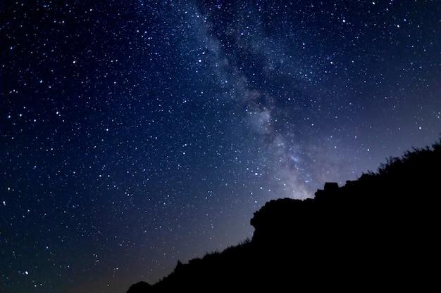 Paisaje nocturno estrellado