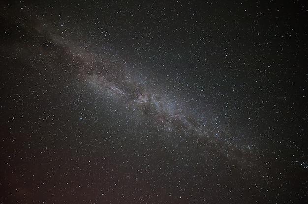 Paisaje nocturno con estrellas y galaxias distantes, superficie de la naturaleza para su diseño. miky way
