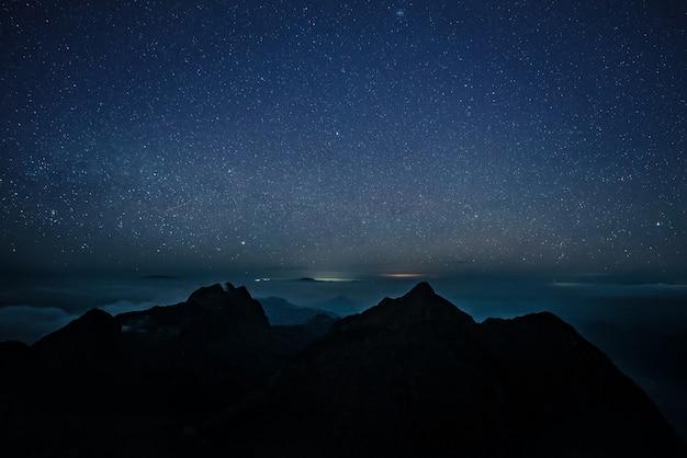 Paisaje nocturno y galaxia.