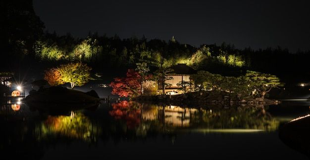 Paisaje nocturno del jardín korakuen en okayama, japón