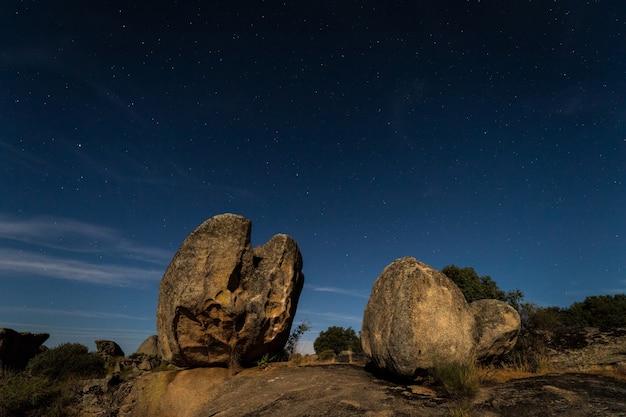 Paisaje nocturno con luz de luna en el área natural de barruecos.