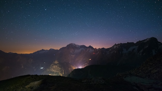 Paisaje nocturno de monte bianco (mont blanc) con cielo estrellado