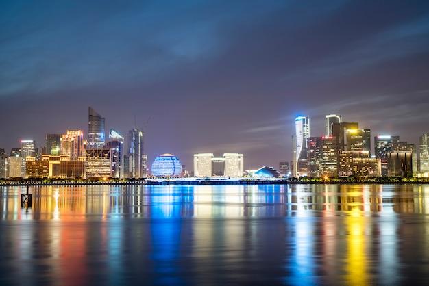 Paisaje nocturno del paisaje arquitectónico urbano moderno en hangzhou