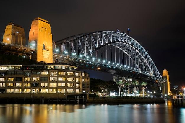 Paisaje nocturno del puente del puerto de sydney, cerca de sydney australia