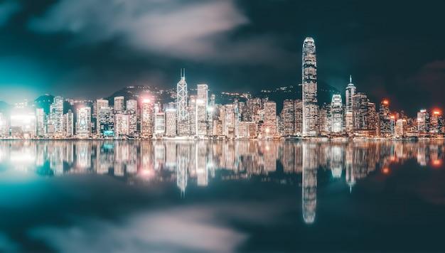 Paisaje nocturno y skyline de arquitectura urbana en hong kong