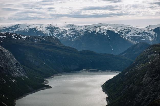 Paisaje noruego con una vista del fiordo desde un fragmento de roca lengua de troll