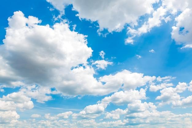 Paisaje con nubes fantástico