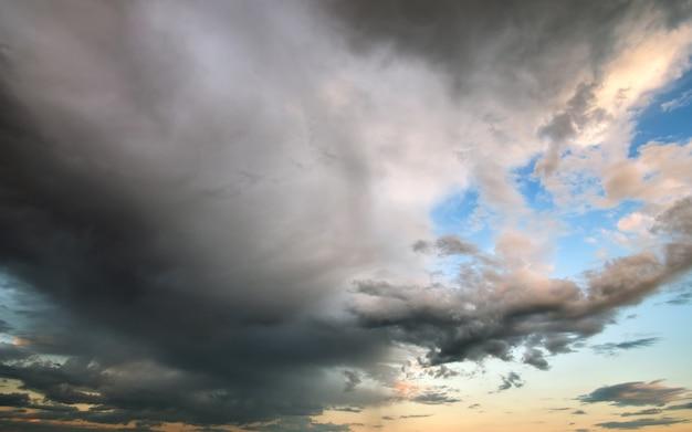 Paisaje de nubes oscuras que se forman en el cielo tormentoso durante la tormenta.