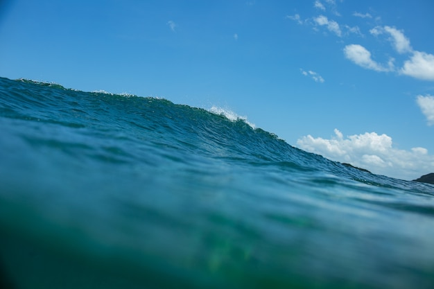 Paisaje con ola azul.