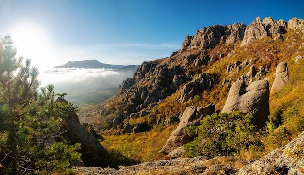 Paisaje otoñal de montaña, vista panorámica desde la cima de las montañas hasta el valle, demerdzhi, valle de los fantasmas, alushta, crimea