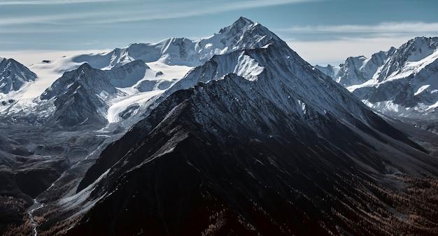 Paisaje otoñal en valles de montaña