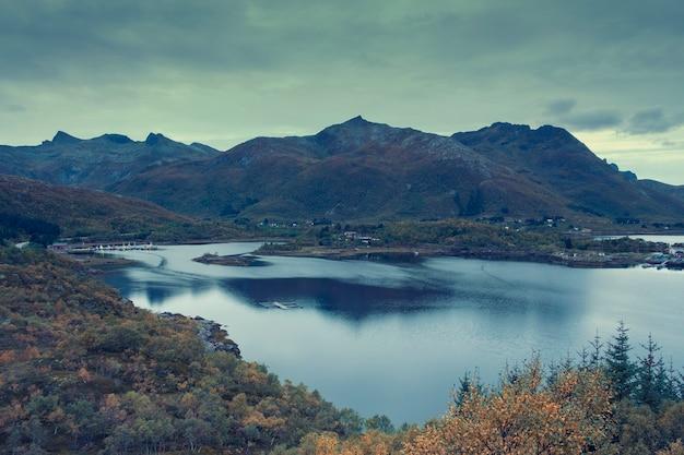 Paisaje de otoño por la noche en las islas lofoten en noruega