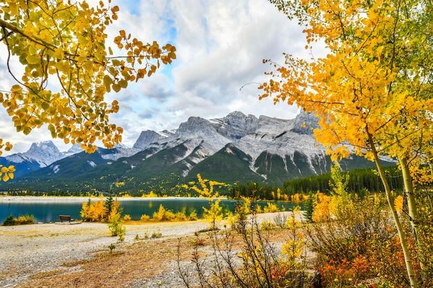 Paisaje de otoño spray lakes, canmore alberta, canadá