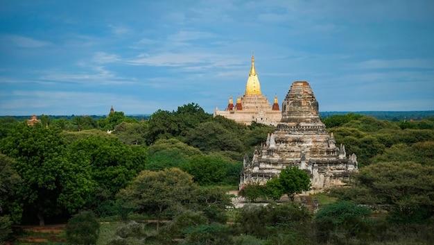 Paisaje de la pagoda en la llanura de bagan myanmar birmania - myanmar paisaje viaje hito famoso y escena de templos antiguos