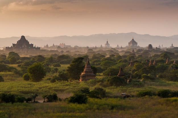 Paisaje de pagodas bajo una cálida puesta de sol en la llanura de bagan, myanmar (birmania)