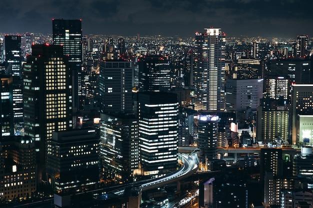 Paisaje de paisaje urbano urbano de osaka fondo en la noche del crepúsculo