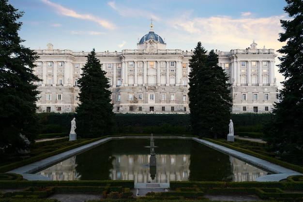 Paisaje del palacio real y los jardines de sabatini al atardecer.