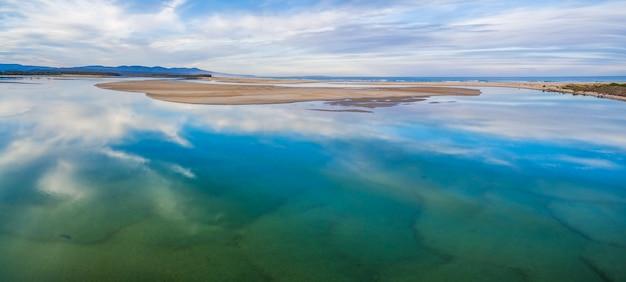 Paisaje panorámico aéreo - hermoso cielo que se refleja en aguas poco profundas del océano