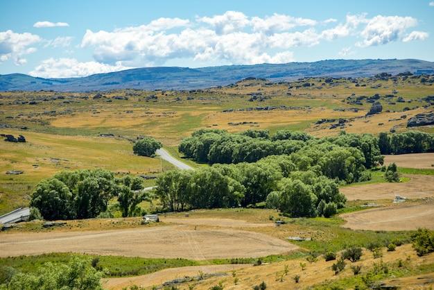 Paisaje panorámico de las colinas y pastizales de central otago, nueva zelanda