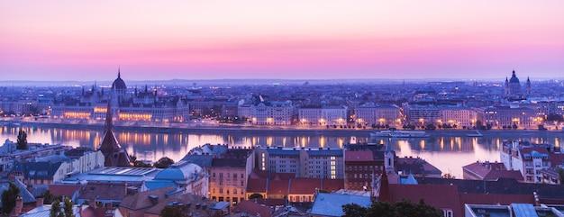 Paisaje panorámico del edificio del parlamento húngaro en el río danubio