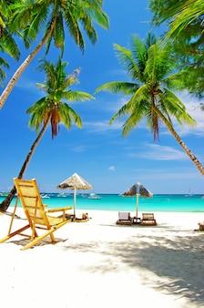 Paisaje de playa tropical con palmeras de coco y mar turquesa. isla de boracay, filipinas