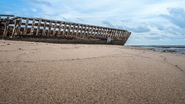 Paisaje de playas con choques de mar y barco