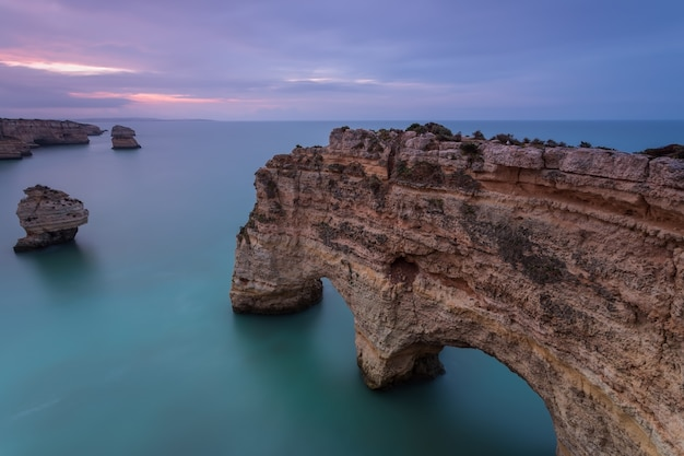 Paisaje portugal al amanecer. playa marinha