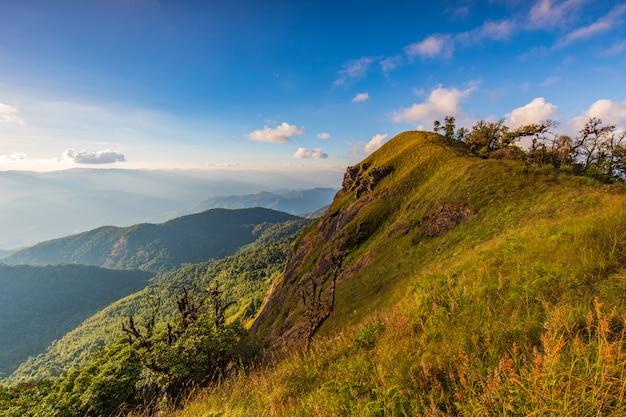 Paisaje del prado en la alta montaña en doi mon chong, chiangmai, tailandia.