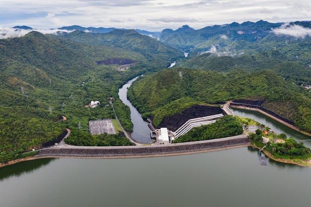 Paisaje de la presa en la selva tropical con central hidroeléctrica en el parque nacional
