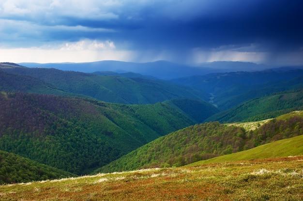 Paisaje de primavera. día lluvioso. cielo tormentoso en las montañas