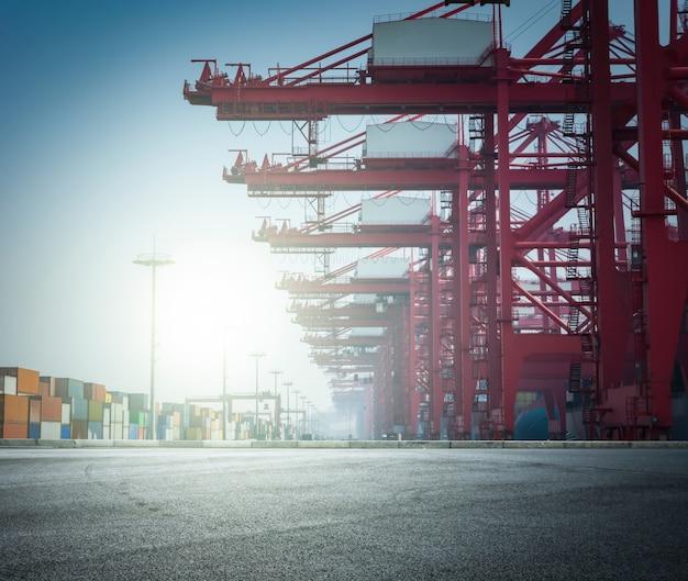Paisaje de puerto con grandes estructuras