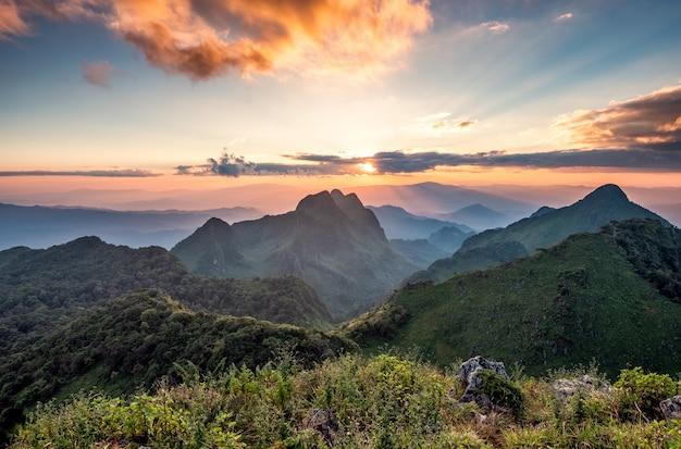 Paisaje de la puesta de sol en la cordillera en el santuario de vida silvestre en el parque nacional doi luang chiang dao
