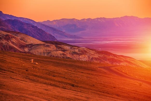Paisaje de la puesta del sol de death valley