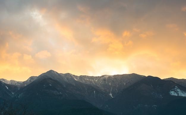 Paisaje de puesta de sol en las montañas