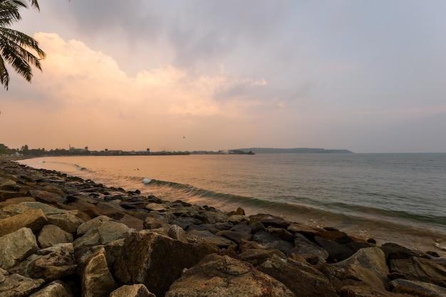 Paisaje de puesta de sol en la paradisíaca playa tropical en sri lanka