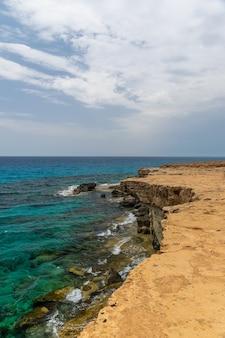 Paisaje que muestra magníficas cuevas marinas
