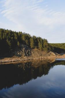 Paisaje de río de montaña de otoño.